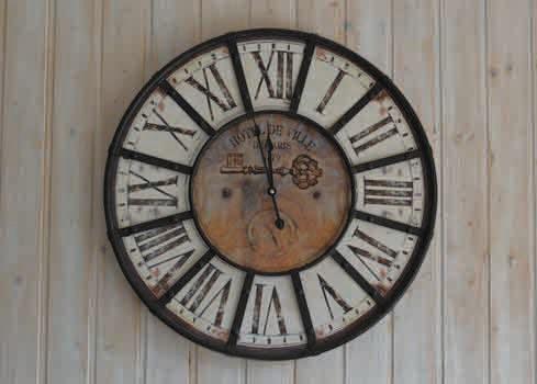 e7a594a9ab44f Et si vous décoriez votre salon avec une horloge géante